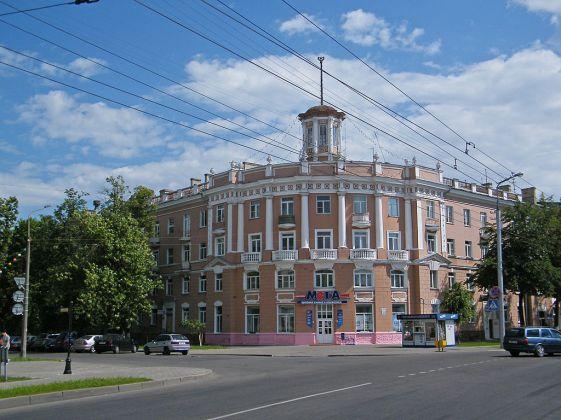 1024px-Гомель._Здание_в_Новобелицком_районе.