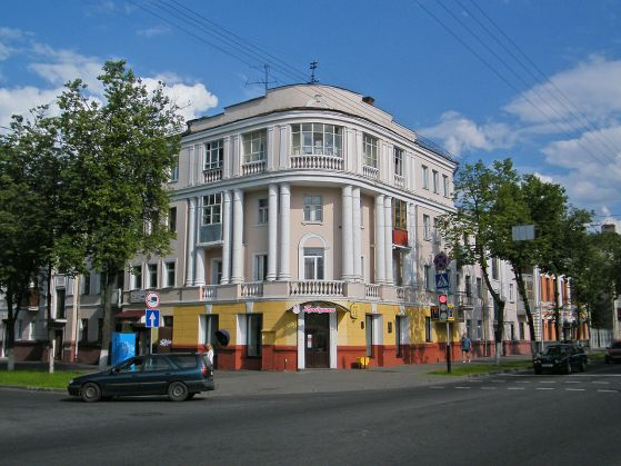 1280px-Гомель._Здание_в_Центральном_районе.